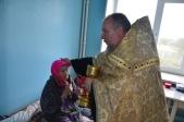 Священник навестил постояльцев дома престарелых в день пожилых людей