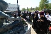 """Преосвященнейший епископ Николай возложил венок к мемориалу """"Вечный огонь"""" в г.Салавате"""