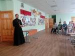 Священнослужитель на родительском собрании по выбору модуля ОРКСЭ
